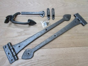 """Set of 18"""" Spear head Cast Iron Hinges + 7"""" Thumb Latch Antique Iron"""