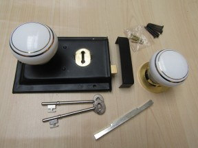 "6"" Rim Lock Black & White Ceramic Brass Rimmed Set"
