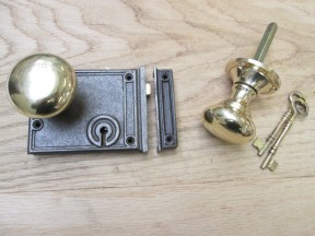 Horizontal Rim Lock Antique Iron & Victorian Round Rim Set