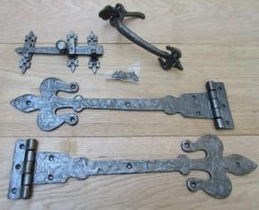 """Set of 18"""" Fleur de lys Hinges + 9"""" Thumb latch Antique Iron"""